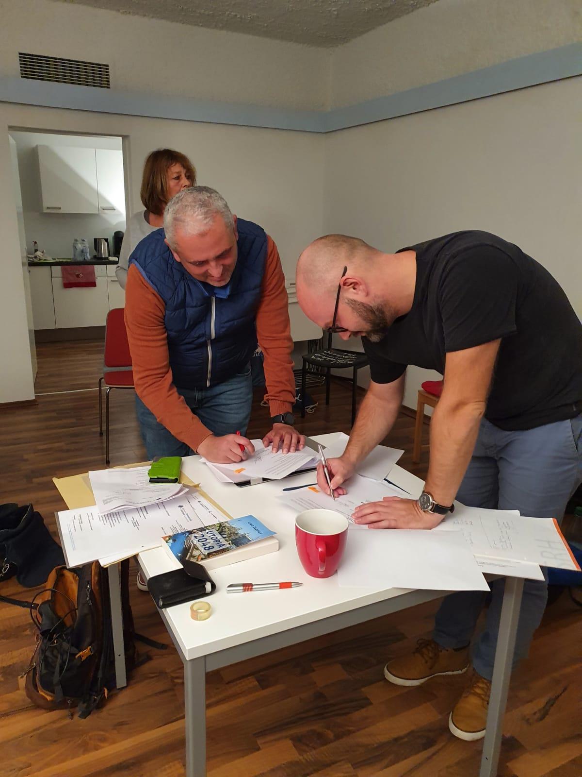 Unterzeichnung Mietvertrag Wohnzimmer Jan-Peter Oppenheimer und Adrian Seidler, 7. Okt. 2020
